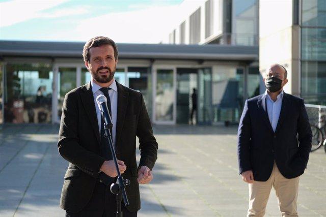 El presidente del PP, Pablo Casado (I), interviene durante su visita al Instituto Catalán de Investigación Científica en Tarragona, acompañado del presidente del PPC, Alejandro Fernández (D), en Tarragona, Catalunya (España), a 21 de diciembre de 2020. Ca