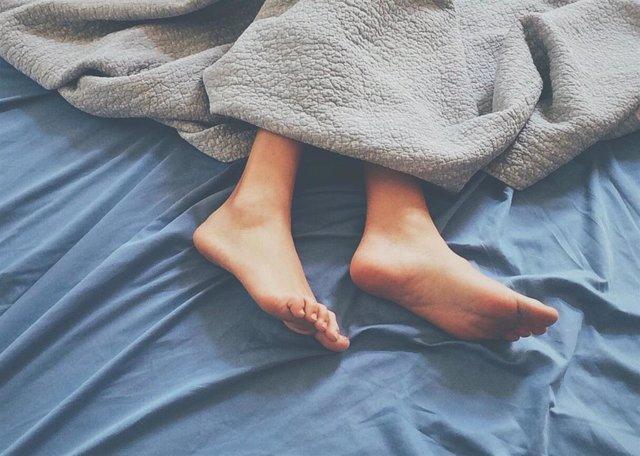 Cama, dormir, durmiendo, sábanas, pies, insomnio
