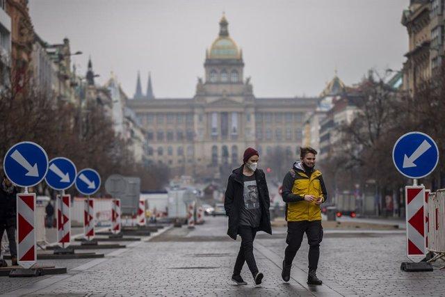 Personas paseando en Praga