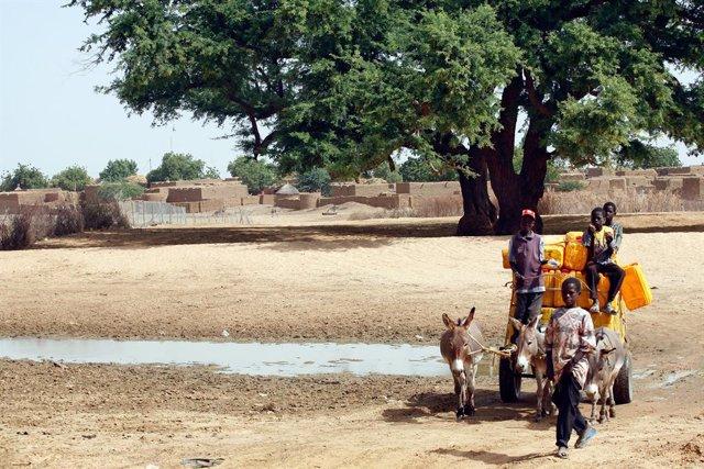Un grupo de personas en la capital de Níger, Niamey,