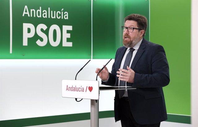 El portavoz adjunto del grupo parlamentario del PSOE-A, Rodrigo Sánchez Haro, en rueda de prensa.