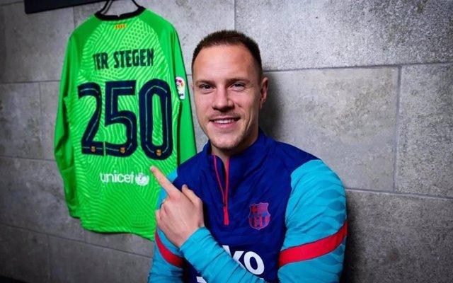 El portero del FC Barcelona Marc-André Ter Stegen posa con la camiseta conmemorativa de sus 250 partidos con el equipo blaugrana