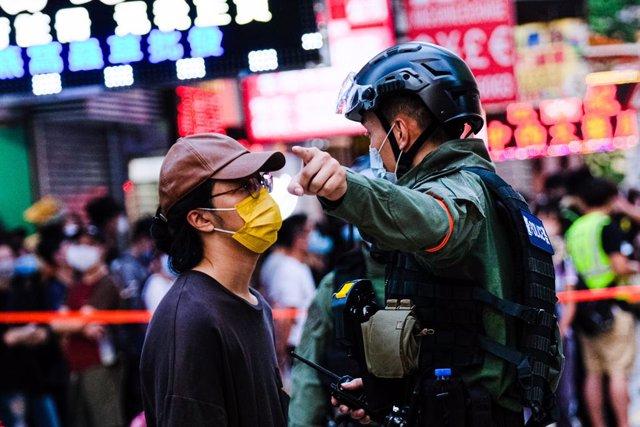 Un policía intenta echar a un manifestante en una protesta contra el Gobierno en Hong Kong