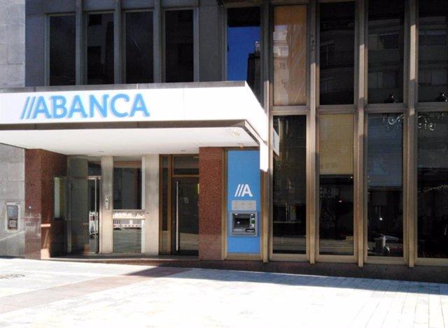 Antigua sede de Banco Caixa Geral y oficina principal en Vigo, con la imagen de Abanca.