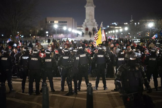 06 January 2021, US, Washington: Police officers stand guard outside the US Capitol after supporters of US President Donald Trump stormed the building where lawmakers were due to certify president-elect Joe Biden's win in the November election and interru