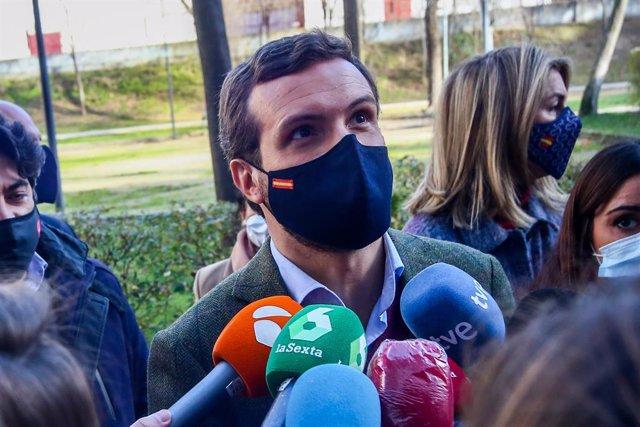 El presidente del Partido Popular, Pablo Casado ofrece declaraciones a los medios de comunicación después de visitar la Asociación 'Ni un niño sin juguetes', en Móstoles, Madrid (España), a 4 de enero de 2020. Durante el acto, Pablo Casado entregará una d