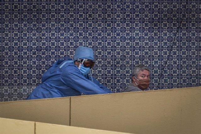 Un trabajador sanitario traslada a un paciente con coronavirus en un hospital de Ciudad de México.