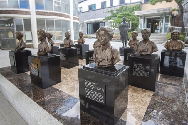 13 August 2019, South Korea, Gwangju: Sculptures of WWII Japanese military comfort women are seen at the House of Sharing, one day ahead of the International Memorial Day for Comfort Women. House of sharing is shelter for victims of Japanese military sexu