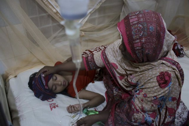 08 August 2019, Bangladesh, Dhaka: A woman looks after child who receives treatment for dengue fever at a hospital in Dhaka. At least 2,326 dengue patients got admitted in hospitals across the country since 07 August, taking the total to almost 35,000 peo
