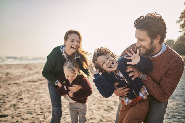 Family on the beach  Familia con hijos en la playa