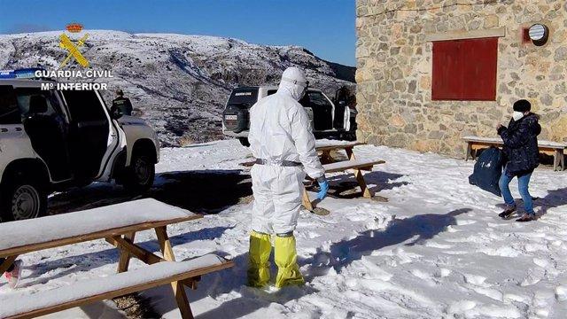La Guardia Civil auxilia a dos personas contagiadas por la COVID-19 en un refugio de Camarena de la Sierra (Teruel).