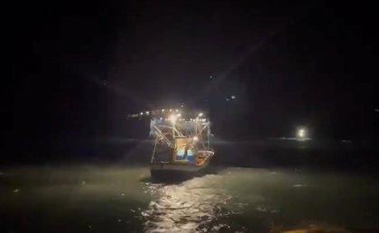 Encalla sin heridos un ferry en Agaete (Gran Canaria) por el mal tiempo
