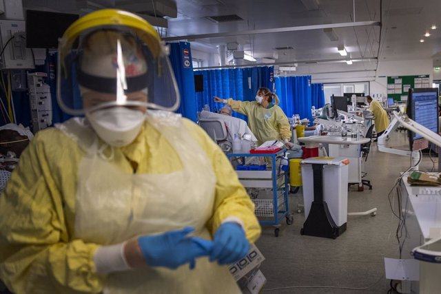 07 January 2021, England, London: Nurses work on patients in the Intensive Care Unit (ICU) in St George's Hospital in Tooting, where the number of intensive care beds for the critically sick increased from 60 to 120, the vast majority of which are for cor