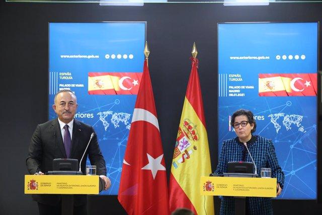 El ministro de Asuntos Exteriores de la República de Turquía, Mevlüt Çavusoglu y la ministra de Asuntos Exteriores, Unión Europea y Cooperación, Arancha González Laya durante una rueda de prensa en el Palacio de Viana, en Madrid (España), a 8 de enero de
