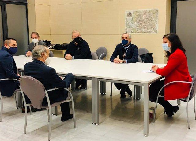 """La vicealcaldesa de València y edil de Desarrollo y Renovación Urbana, Sandra Gómez, se reúne con representantes de la Plataforma """"de Torino en Mestalla""""."""
