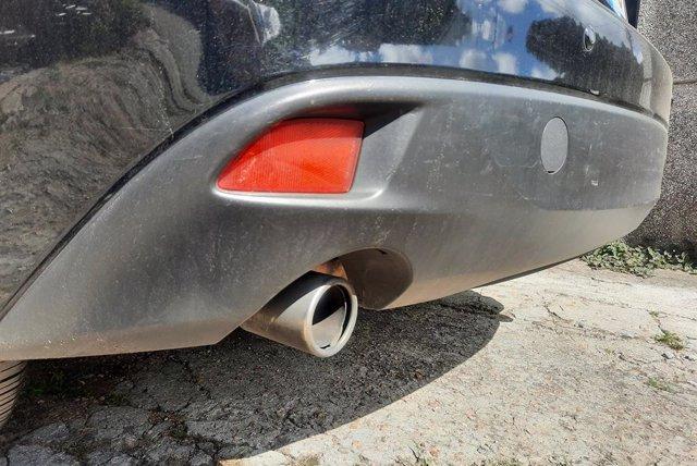 Imagen de un tubo de escape de un vehículo.