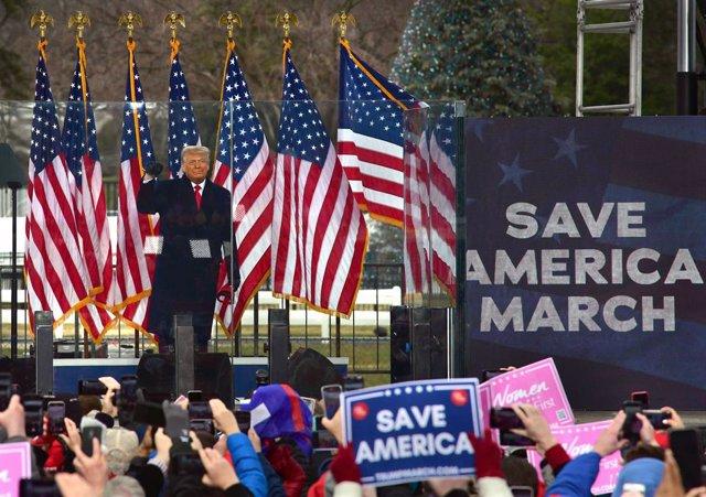 El presidente de Estados Unidos, Donald Trump, se dirige a sus seguidores poco antes de que centenares de ellos marcharan hacia la toma del Capitolio en Washington.