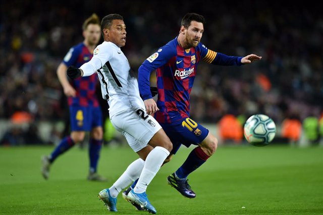19 January 2020, US, Barcelona: Barcelona's Lionel Messi and Granada's Darwin Machis in action during the Spanish Primera Division soccer match between FC Barcelona and Granada CF at the Camp Nou stadium. Photo: -/CSM via ZUMA Wire/dpa