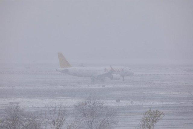 Un avión de la compañía Flypgs en el Aeropuerto de Madrid-Barajas Adolfo Suárez