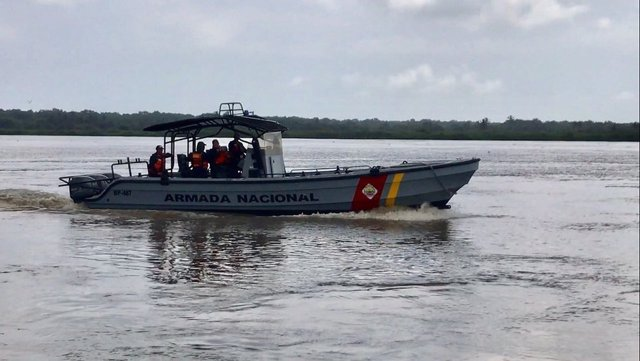 La Armada Nacional colombiana rescató este miércoles tres cuerpos sin vida de las 10 personas desaparecidas tras el naufragio de dos embarcaciones este lunes en aguas del río Orinoco, cerca de la frontera entre Colombia y Venezuela