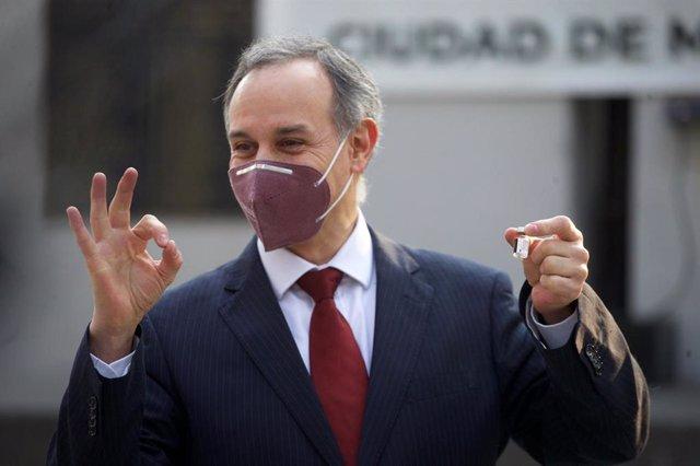El subsecretario de Promoción y Prevención de la Salud de México, Hugo López-Gatell, con una dosis de la vacuna contra el coronavirus.