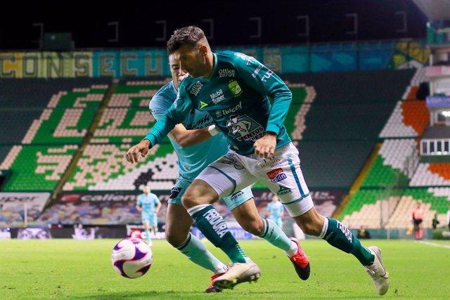 Emmanuel Gigliotti intenta escaparse de Nicolás Díaz durante el duelo entre el Club León y el Mazatlan FC del Apertura mexicano