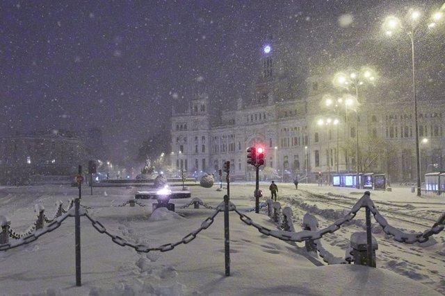 El Ayuntamiento de Madrid y la fuente de Cibeles, cubiertos de nieve por la borrasca Filomena, en Madrid (España) a 9 de enero de 2021.