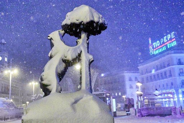 El Oso y el Madroño, cubiertos de nieve por la borrasca Filomena, en Madrid (España) a 9 de enero de 2021.