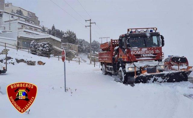 Los bomberos de la DPZ despejan la nieve en Trasmoz.