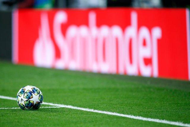 Balón de fútbol en un campo.