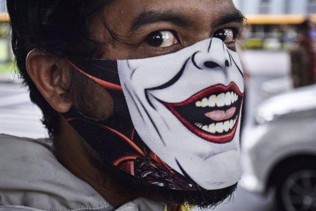13 November 2020, Indonesia, Malang: A man is seen wearing a unique face mask amid the Coronavirus pandemic. Photo: Aman Rochman/ZUMA Wire/dpa
