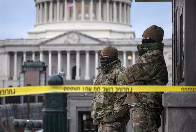 Membres de la Guàrdia Nacional davant del Capitoli.