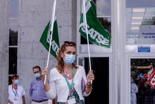Una trabajadora sanitaria durante una concentración frente al Hospital Clínico San Carlos, en Madrid (España), a 15 de septiembre de 2020. La movilización es una de las convocadas para este martes en todos los centros sanitarios de la Comunidad de Madrid