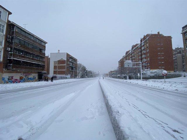 Calzada de la M30 completamente cubierta de nieve en el Paseo de Extremadura a la altura de Batán en Madrid (España) a 9 de enero de 2021.La borrasca Filomena golpea con fuerza la capital, en la que se han cerrado al tráfico circunvalaciones y túneles. La