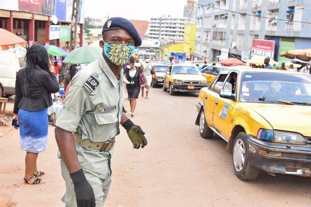 Un Policía de servicio en la capital de Camerún.