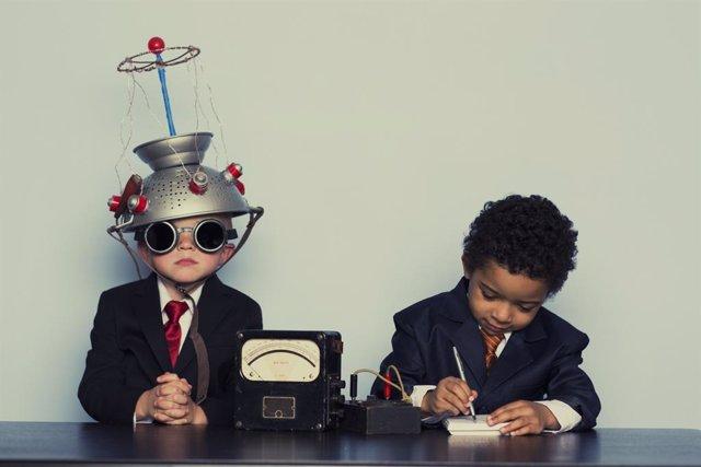 """Dos niños """"científicos"""" estudiando el cerebro."""