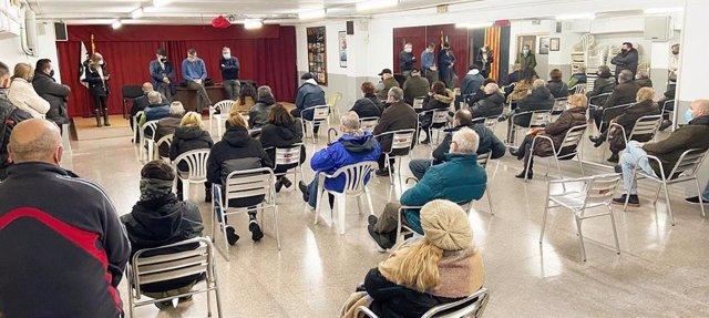 L'alcalde de Badalona (Barcelona), Xavier Garcia Albiol, es reuneix amb veïns afectats pel tall del subministrament elèctric.