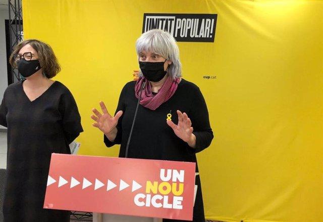 La candidata de la CUP a la Presidència de la Generalitat, Dolors Sabater, i la número 3 de la CUP a les eleccions catalanes, Eulàlia Reguant, en una roda de premsa aquest diumenge.