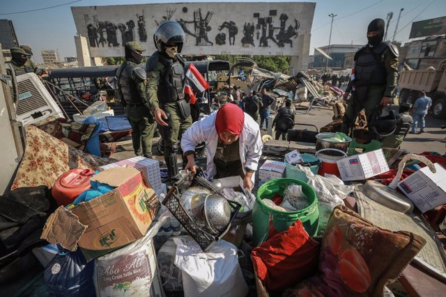 FILED - 31 October 2020, Iraq, Bagdad: Security forces remove tents of anti-government protesters and their things from Tahrir Square after a closure that lasted more than a year due to anti-government protests. Photo: Ameer Al Mohammedaw/dpa