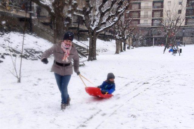 Un nen juga amb la seva mare en un trineu en la nevi fruit de la borrasca Filomena, a Sort, Lleida, Catalunya (Espanya), 9 de gener del 2021.