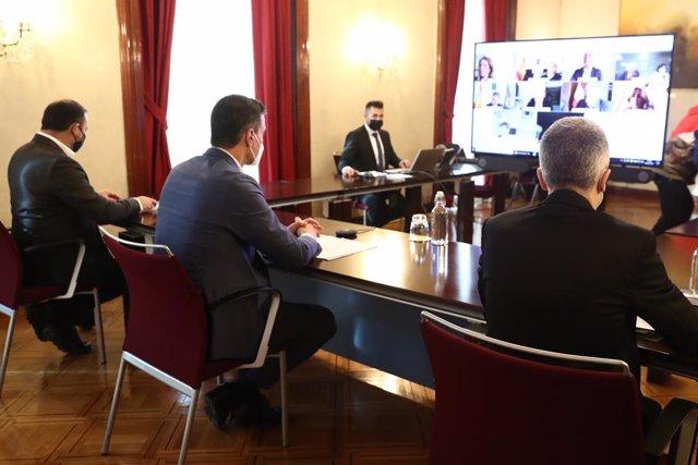 El president del Govern central, Pedro Sánchez (centre), el ministre de l'Interior, Fernando Grande-Marlaska (d) i el ministre de Transports, Mobilitat i Agenda Urbana, José Luis Ábalos (e).