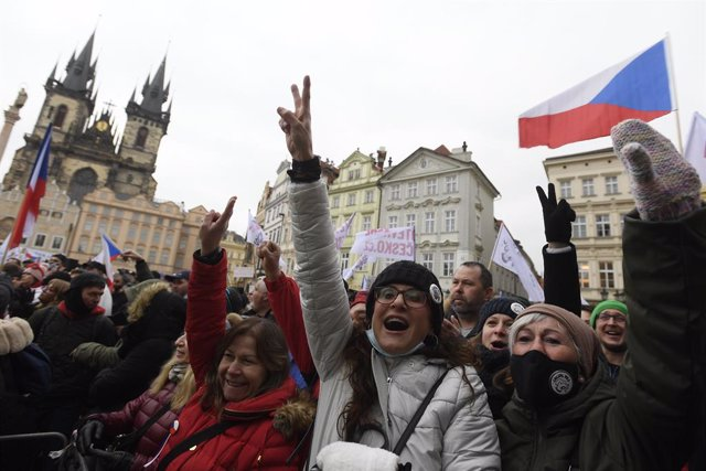 10 January 2021, Czech Republic, Prague: People take part in a demonstration against the restrictive measures adopted by the government to curb the spreading of coronavirus, at Prague's Old Town Square. Photo: Ondej Deml/CTK/dpa