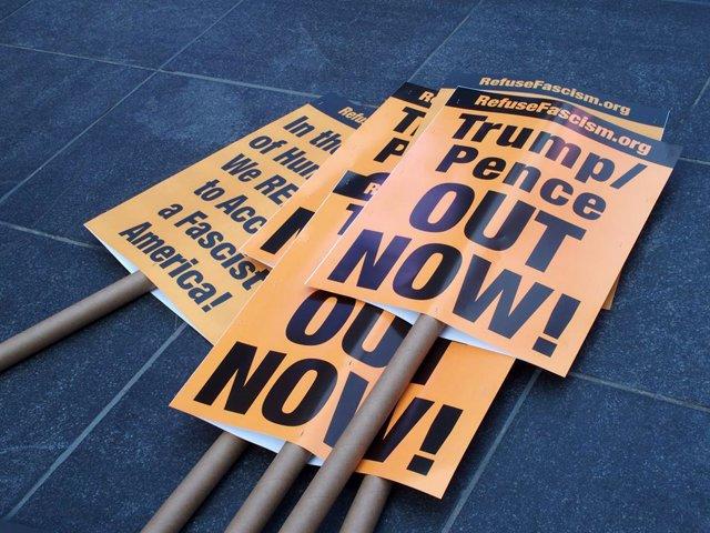 Cartells de protesta exigint la sortida de Donald Trump de la Presidència a Nova York
