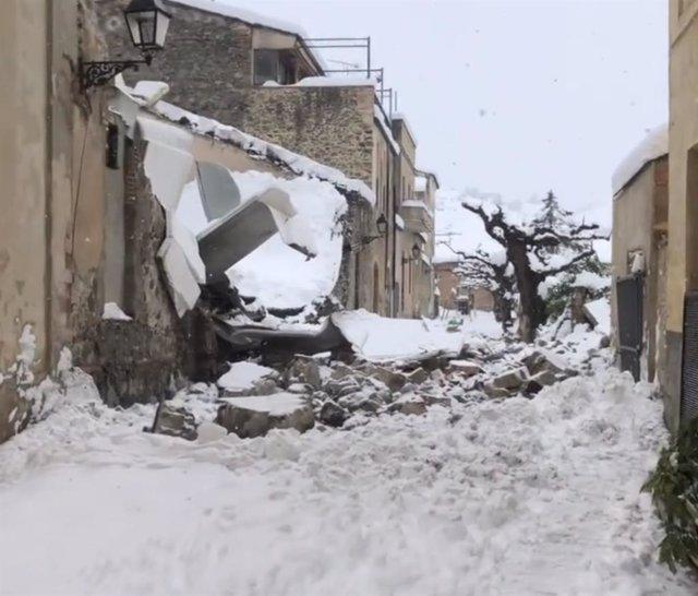 La nieve hunde el techo de una parte de la bodega del Celler Vall Llach en Porrera (Tarragona).