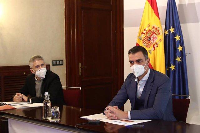 El presidente del Gobierno, Pedro Sánchez (d) y el ministro del Interior, Fernando Grande-Marlaska (i), durante la reunión del Comité Estatal de Coordinación y Dirección del Sistema Nacional de Protección Civil, en el Ministerio del Interior.