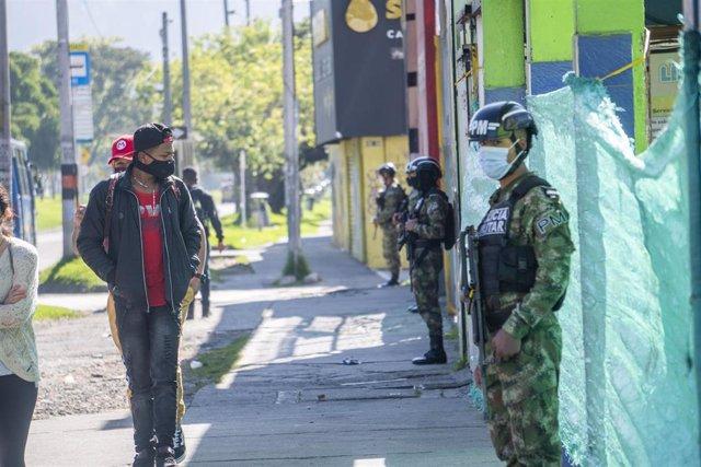 Dispositivo militar desplegado en Bogotá, Colombia, con motivo de las restricciones impuestas a la movilidad por la crisis de la pandemia.