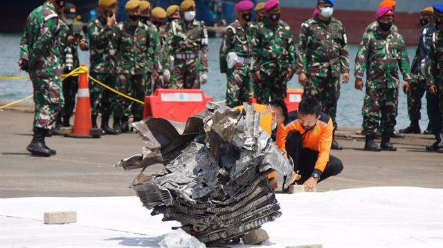 Pieza de uno de los motores del avión de Sriwijaya Air siniestrado en Indonesia
