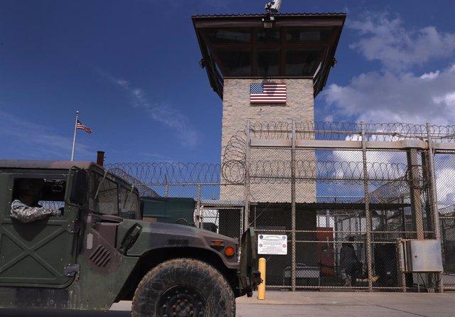 Un vehículo militar de EEUU frente a la torre de control en el centro de detención en la Bahía de Guantánamo