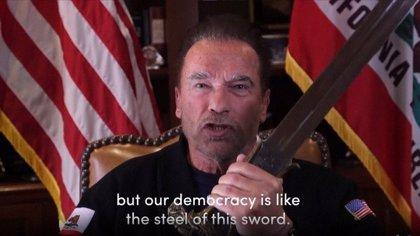 Arnold Schwarzenegger despide a Trump con la espada de Conan y compara el asalto al Capitolio con la Alemania nazi