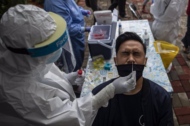 07 January 2021, Indonesia, South Jakarta: A health worker takes a swab from a man for coronavirus test at Public Health Ciganjur. Indonesia tightens coronavirus restrictions after the rising in infections as it reached 8854 cases on Wednesday. Photo: Don